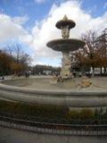 喷泉在retiro公园在一次旅行期间的马德里西班牙与朋友 免版税库存图片
