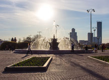 喷泉在Sun City人生活的背景中 库存照片