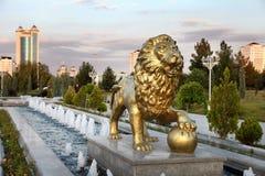 喷泉复合体在公园。 免版税库存图片