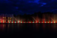 喷泉夜不可思议的展示在中央江边Roshen的 免版税库存图片