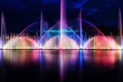 喷泉夜不可思议的展示在中央江边Roshen的 免版税图库摄影