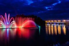 喷泉夜不可思议的展示在中央江边Roshen的 免版税库存照片