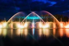 喷泉夜不可思议的展示在中央江边Roshen的 库存照片
