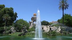 喷泉大小瀑布在城堡的公园在巴塞罗那 股票录像