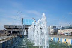 喷泉小瀑布在剧院卡玛拉的,晴朗劳动节 喀山,鞑靼斯坦共和国 库存图片
