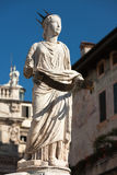 喷泉广场delle的Erbe,意大利玛丹娜维罗纳古老雕象  免版税库存照片
