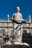 喷泉广场delle的Erbe,意大利玛丹娜维罗纳古老雕象  免版税图库摄影
