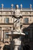 喷泉广场delle的Erbe,意大利玛丹娜维罗纳古老雕象  免版税库存图片