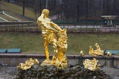 喷泉撕毁狮子的嘴的森山的看法每多云天在4月 Petrodvorets 图库摄影