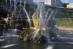 喷泉撕毁狮子的嘴的森山 大小瀑布的片断在Petrodvorets 免版税库存图片
