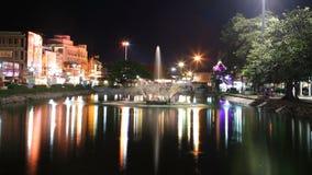 喷泉晚上场面在街市的Korat的 免版税库存图片