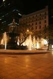 喷泉晚上广场 免版税库存图片