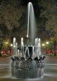 喷泉晚上老公园 免版税库存图片