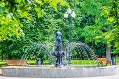 喷泉有一个投手的一个女孩在莫斯科高尔基公园 免版税库存图片