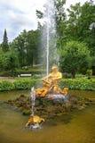 喷泉氚核和海怪在Pertergof,圣彼德堡 免版税库存照片