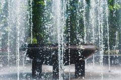 喷泉浪花在一个晴天 库存图片