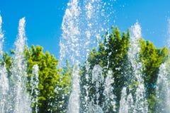 喷泉浪花在一个晴天 库存照片