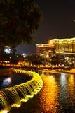 喷泉照亮与光在夜间 免版税库存照片