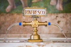 喷泉用在Tettuccio Terme温泉的Rinfresco水在蒙泰卡蒂尼泰尔梅,意大利 免版税库存图片