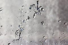 喷泉的下落在天空 免版税库存图片