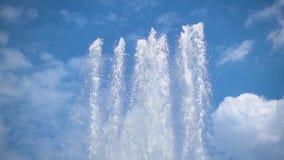 喷泉的几架喷气机在慢动作的反对与白色云彩的一天空蔚蓝 股票录像
