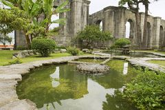 喷泉的外部在圣地亚哥Apostol教会的废墟的在卡塔戈,哥斯达黎加 免版税库存照片