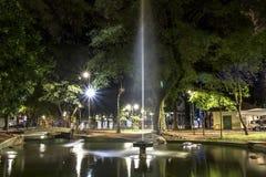 喷泉的夜视图在共和国正方形的 免版税库存照片