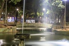 喷泉的夜视图在共和国正方形的 免版税图库摄影