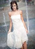 喷泉的女孩 库存图片