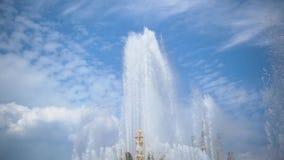 喷泉的强有力的喷气机在慢动作的反对天空蔚蓝 股票视频