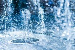 喷泉的水涌出  水,抽象图象飞溅在喷泉的 库存照片