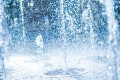 喷泉的水涌出  水,抽象图象飞溅在喷泉的 免版税库存照片