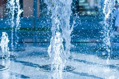 喷泉的水涌出  水,抽象图象飞溅在喷泉的 免版税库存图片