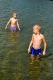 喷泉的男孩 免版税库存图片