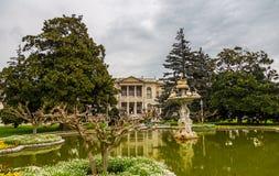 喷泉的看法在多尔玛巴赫切宫前面的在伊斯坦布尔,土耳其 免版税库存照片