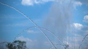 喷泉的稀薄的喷气机慢动作射击反对天空的 股票录像