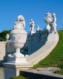 喷泉的雕象和花瓶 免版税库存图片