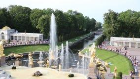 喷泉盛大小瀑布在Peterhof状态博物馆储备的在背后照明的圣彼德堡 股票视频