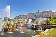 喷泉盛大小瀑布在Peterhof晴朗的夏日 库存照片