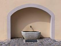喷泉石墙 免版税库存照片