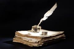喷泉老笔 在黑背景的纸,墨水池和银币 免版税库存照片