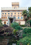 喷泉被反射的浪漫别墅 免版税库存照片