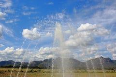 喷泉飞溅有蓝天的 免版税库存照片