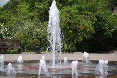 喷泉,夏天风景 免版税库存图片