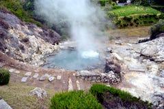 喷泉,火山破火山口温泉城喷气孔起泡的抽烟在福纳斯,圣地米格尔,亚速尔,葡萄牙 库存图片