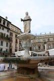 喷泉,玛丹娜广场delle erbe 免版税库存图片