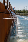 喷泉:流动从多个管子的水 免版税库存照片