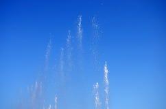 喷泉水在天空的 免版税库存照片