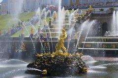 喷泉`在盛大小瀑布的背景的森山` peterhof 免版税库存图片