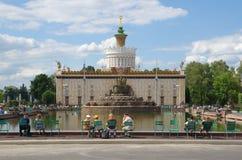喷泉`石头花`和亭子`乌克兰`在ENEA,莫斯科,俄罗斯 免版税库存图片